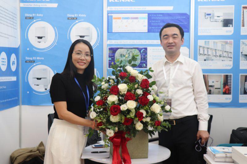 Bà Vũ Mai Phương - PTGĐ Công ty Cổ phần điện Sài Gòn Gia Định tặng hoa chúc mừng TGĐ Tony  nhà sản xuất biến tần Renac tham gia triển lãm Quốc tế điện năng lượng mặt trời tại Việt Nam