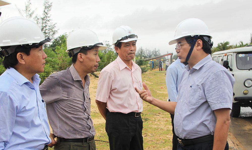 Ông Nguyễn Thành - Phó Tổng giám đốc, Trưởng Ban chỉ huy PCTT&TKCN EVNCPC (ngoài cùng bên phải) chỉ đạo công tác khắc phục sự cố lưới điện tại tỉnh Bình Định, ngày 31/10. Ảnh: Lê Hải